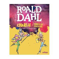 Charlie Bucket este înnebunit dup&259; ciocolat&259; Iar Willy Wonka cel mai iscusit inventator din lume deschide por&539;ile uimitoarei sale fabrici de ciocolat&259; pentru cinci copii noroco&537;i Bomboane care nu se termin&259; niciodat&259; caramele magice acadele-lampadar &537;i un râu de ciocolat&259; cald&259; încânt&259;toare Charlie are nevoie de un singur Bilet de Aur &537;i aceste dulciuri minunate ar putea fi toate ale lui