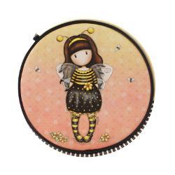 Geanta rotunda Gorjuss Bee Loved - o&160;gentuta practica foarte fashion pentru micuta ta Cu un design special aceasta gentuta ar fi cadoul perfect pentru o vara plina de aventuriDimensiuni 22x22x7 cmExterior 100 PoliuretanCaptuseala 100 Poliester