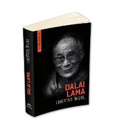 """Liderul spiritual si politic al Tibetului castigator al Premiului Nobel pentru Pace in anul 1989 a fost recunoscut ca fiind cea de-a paisprezecea reincarnare a lui Dalai Lama in 1938 la varsta de doi ani prin intermediul unui proces traditional de """"descoperire"""" Luat de langa parintii sai a fost apoi dus in Lhasa educat conform unui regim monastic de austeritate riguroasa si crescut intr-o izolare aproape totala La varsta de cincisprezece ani in conditiile in care tara sa"""