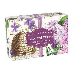 Parfumul clasic al liliacului &537;i violetelorse combinacu nuan&539;e de giacint violete &537;i garoaf&259; alb&259; Bogat si cremos fiecare s&259;pun este fabricat cu ingrediente naturale pure Fabricat în Anglia