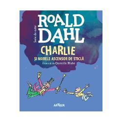 Charlie a câ&351;tigat fabrica de ciocolat&259; a domnului Wonka dar aventurile prin care trece al&259;turi de bizarul personaj &351;i de ciudata sa familie nu sunt nici pe departe încheiateCu to&355;ii sunt pasagerii Marelui Ascensor de Sticl&259; ma&351;in&259;rie care-i va purta într-o fabuloas&259; c&259;l&259;torie prin spa&355;iul cosmic Spre final cei trei bunici &355;intui&355;i la pat vor suferi ni&351;te trasform&259;ri deopotriv&259;