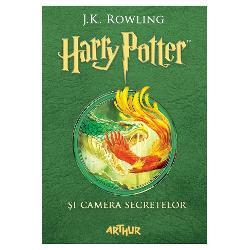 Harry Potter are o var&259; plin&259; petrece o zi de na&537;tere groaznic&259; prime&537;te avertiz&259;ri sinistre de la un elf de cas&259; pe nume Dobby &537;i fuge de la familia Dursley cu ma&537;ina zbur&259;toare a prietenului s&259;u RonLa Hogwarts începe un nou an &537;colar iar Harry aude ni&537;te &537;oapte ciudate pe coridoarele goale Apoi au loc mai multe atacuri misterioase – previziunile sumbre ale lui Dobby par s&259; se
