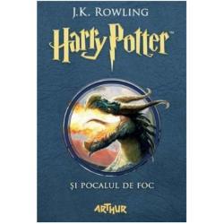 Harry Potter are doar paisprezece ani dar viseaz&259; c&259; va câ&537;tiga cumva Trimagiciada Apoi de Halloween când Pocalul de Foc hot&259;r&259;&537;te candida&539;ii Harry e uluit s&259; vad&259; c&259; numele lui se g&259;se&537;te printre cele alese de cupa magic&259; Va înfrunta probe care sfideaz&259; moartea dragoni &537;i vr&259;jitori întuneca&539;i dar cu ajutorul lui Ron &537;i Hermione s-ar putea s-o scoat&259; la