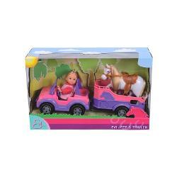 Evi este nerabdatoare sa mearga intr-o aventura minunata alaturi de calutul ei Jeep-ul roz si trailerul se potrivesc de minune cu tinuta lui Evi Trailerul are loc suficient pentru micutul calPapusa are inaltimea de 12 cm
