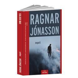 Prezentare carteUn nou volum din seria Dark IcelandPe malurile lini&537;tite ale unui fiord din nordul Islandei un b&259;rbat e ucis în b&259;taieÎn timp ce lumina nop&539;ilor albe e preschimbat&259; în întuneric la umbra unui nor uria&537; de cenu&537;&259; vulcanic&259; o jurnalist&259; dornic&259; s&259; dea lovitura pleac&259; de la Reykjavík s&259; investigheze crima f&259;r&259; s&259; &537;tie