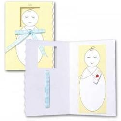Felicitare 3D Trespanache pentru botez-Bebelus baietelFiecare felicitare este invelita intr-o folie transparenta In interior este un bebelus cu biberon in format 3D iar pe fata are atasata o fundita din panglica albastra De asemenea felicitarea este prevazuta cu plicDimensiune felicitare inchisa 13x19