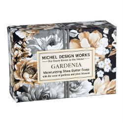 Bogat cremos &537;i de dimensiuni convenabile s&259;punul nostru unic este fabricat manual în Anglia &537;i vine în propria cutie decorativ&259;DETALIIGreutate127 gAROM&258;Gardenie &537;i prun înflorit cu vârtejuri de bergamot&259; &537;i caramel