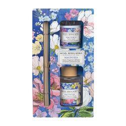 Acest set de cadou este ideal pentru orice camer&259; din cas&259; Include un difuzor de parfum cubetisoare &537;i o lumânareparfumatacu aceleasi aromeDETALIIGreutatea lumân&259;rii 48 g Volum difuzor 70 ml Dimensiune aproximativ&259; a cutiei 1143 x 572 x 2095 cmAROM&258;Magnolie iasomie &537;i caprifoi cu note de violet&259; &537;i bergamot&259;