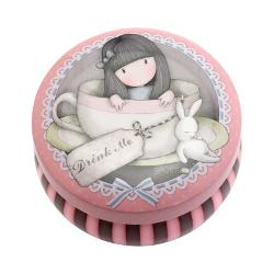 Gorjuss Cutie metalica pentru suveniruri - Sweet TeaGorjuss Cutie metalica pentru suveniruri - Sweet Tea&160;este&160;accesoriul ideal pentru a-ti pastra in siguranta obiectele mici Capacul cutiei are un design cu dragalasa fetita Gorjuss si tema Sweet Tea&160;iar interiorul este ornat cu inimioare mici si elegante de culoare rozDimensiuni cutie 95x6&160;cm