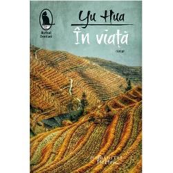Yu Hua este primul scriitor chinez caruia i s-a decernat in 2002 James Joyce Award Romanul In viata aparut in 1993 si interzis initial de autoritatile chineze este considerat una dintre cele mai influente zece carti ale ultimelor trei decenii in China S-a vandut de-a lungul anilor in peste sase milioane de exemplare si a devenit un adevarat fenomen editorial A fost recompensat in 1998 cu Premiul Grinzane Cavour si in 2014 cu Premiul Giuseppe Acerbi Ecranizarea in regia lui Zhang