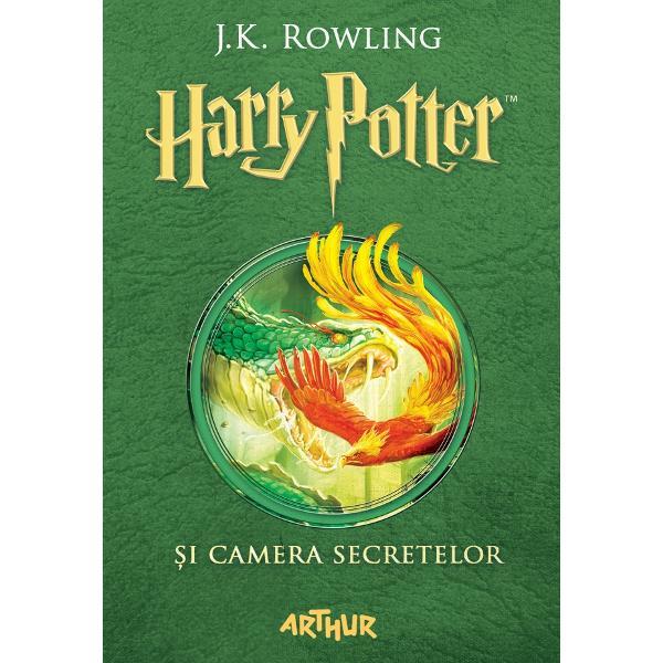Harry Potter are o var&259; plin&259; petrece o zi de na&537;tere groaznic&259; prime&537;te avertiz&259;ri sinistre de la un elf de cas&259; pe nume Dobby &537;i fuge de la familia Dursley cu ma&537;ina zbur&259;toare a prietenului s&259;u Ron La Hogwarts începe un nou an &537;colar iar Harry aude ni&537;te &537;oapte ciudate pe coridoarele