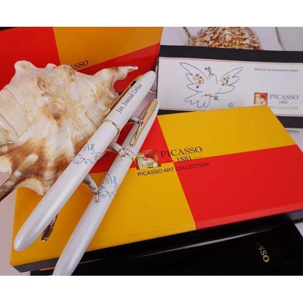 Set instrumente de scris de lux Picasso format din pix  stiloucorp metalic crem ornamente aurite;stilou cu convertor peni&539;&259; iridium placat&259; cu aur 18K;pix cu min&259; tip Parker