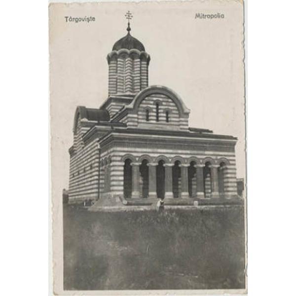 Povestea Mitropoliei din Targovistei incepe in secolul al XVI  lea atunci cand domnul  Ta&131;rii Romanesti Neagoe Basarab a hota&131;rat la sfatul Patriarhului Nifon mutarea mitropoliei de la Curtea de Arges la TargovisteAsta&131;zi doar ne puem aduce aminte de cea mai mare si mai frumoasa&131; biserica&131; a orasului Targoviste de ridicarea acesteia precum si de secolele care au trecut peste ea pana&131; la neinspirata sa da&131;ramare in 1889 si cla&131;direa pe locul ei a