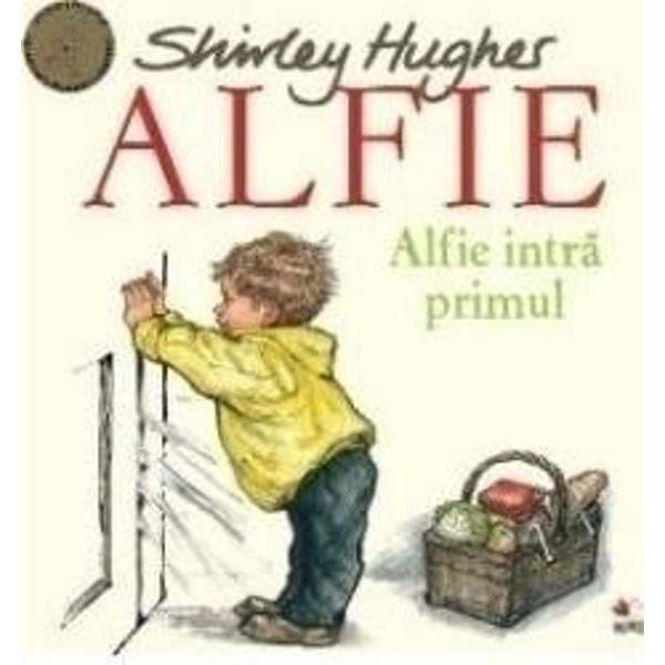 Alfie s-a grabit sa ajunga primul acasa dar fir-ar sa fie A trantit usa dupa el iar mami si Annie Rose au ramas pe afara si n-au cheie Chiar si dupa ce vecinii si prietenii le vin in ajutor usa ramane incuiataCiteste noua aventura a lui Alfie si afla daca se poate descurca singur in casa