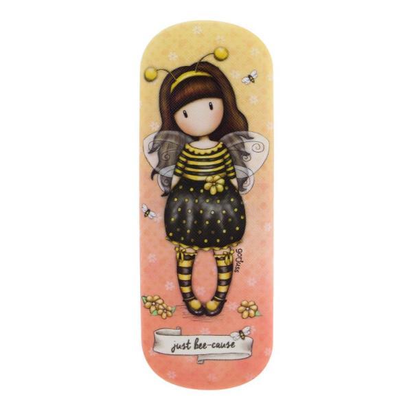 Etui ochelari Gorjuss Bee Loved un etui clasic foarte stilish cu acest nou personaj din gama Gorjuss Bee Loved o mica albinuta adorabila&160;Exterior 100&160;PoliuretanCaptuseala 100&160;VascozaA se curata si sterge cu o carpa umedaDimensiuni 17 x 6 x 4 cm