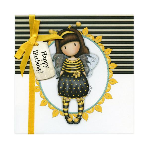 Felicitare Gorjuss Bee Loved Happy Birthday reprezinta cel mai frumos mod de a surprinde persoanele dragi fie ca vorbim de prieteni familie sau chiar colegi de serviciu cu ocazia zilei de nastere Micuta fetita Gorjuss este prezentata pe felcitare intr-un mod cu totul deosebit Inconjurata de un cadru galben pe un fundal cu dungi monocrome fetita Bee Loved este gata sa transmita o stare de buna-dispozitie tuturor celor care o privescDesign-ul minunat al felicitarii Gorjuss