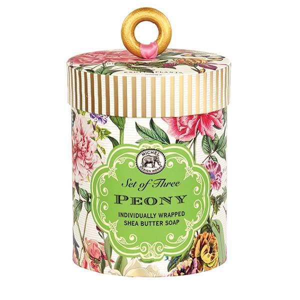MDW Set 3 sapunuri Peony SOAR227Un cadou perfectSet cu 3 sapunuri artizanale din cele mai bune ingrediente intr-o caseta souvenirSapunurile contin ulei vegetal de palmier si glicerina sunt imbogatite cu unt de shea pentru a oferi o experienta relaxanta a imbaieriiCatifeleaza si hidrateaza pieleaAroma bujori