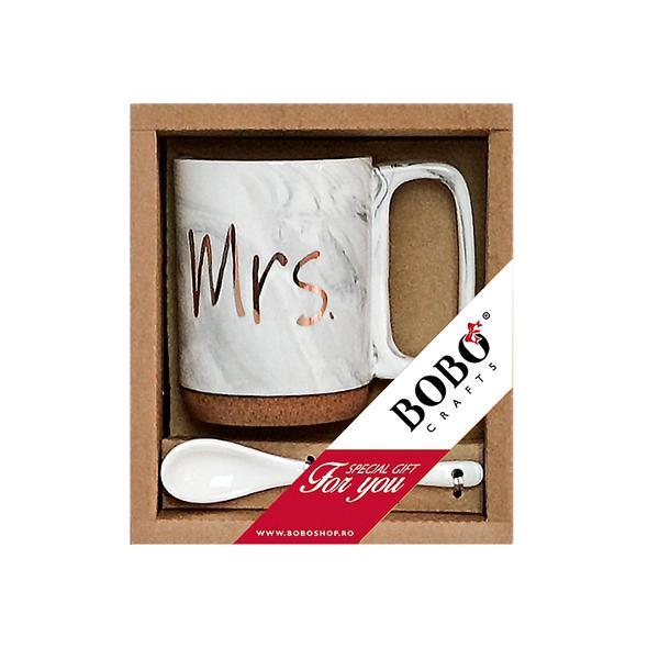 Bucura&539;i-v&259; de cafea ceai &537;i alte b&259;uturi preferate în aceast&259; can&259; cu mesaj imprimat cu o capacitate de 320ml Cana este fabricat&259; din por&539;elan cu baza din plut&259; oferind un aspect unic elegant Stratul de plut&259; ajut&259; la protejarea suprafe&539;elor de c&259;ldur&259; &537;i deteriorare &537;i la atenuarea zgomotului produs iar toarta ofer&259; o aderen&539;&259; sigur&259; &537;i confortabil&259;Ambalat