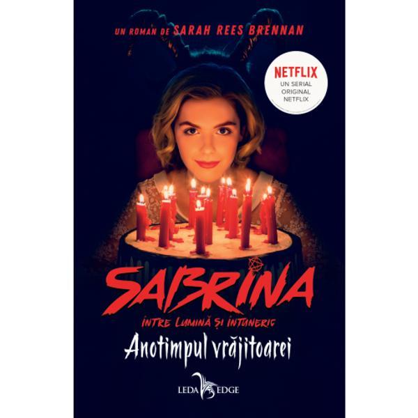 Sabrina Spellman împline&537;te 16 ani &537;i &537;tie bine c&259; lumea ei urmeaz&259; s&259; se schimbe De&537;i a studiat magia &537;i vr&259;jile al&259;turi de m&259;tu&537;ile ei Hilda &537;i Zelda pân&259; acum adolescenta a dus totu&537;i o via&539;&259; normal&259; mergând la liceul Baxter &537;i petrecându-&537;i timpul cu prietenii ei muritori Susie Roz &537;i Harvey De acesta din urm&259; s-a &537;i îndr&259;gostit dar