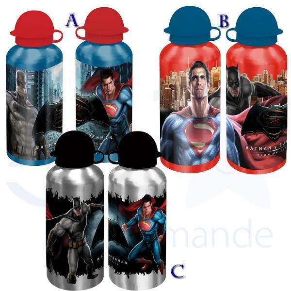 Recipient 500 ml Batman-SupermanRecipient 500 ml Batman-Superman&160;este un minunat obiect din care va puteti savura bautura favorita Acest recipient este prevazut cu un capac rotund care acopera un pai mic din care puteti sorbi fiecare picatura a recipientului de 500mlDimensiune 75x19x75 cm