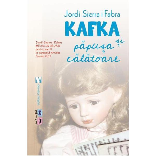 """Intr-o dimineata insorita in timp ce se plimba prin Parcul Steglitz din Berlin Franz Kafka a intalnit o fetita care plangea Fara sa stie de ce plansul ei l-a durut atat de tare incat trebuia sa afle de ce O chema Elsi si isi pierduse papusa pe draga ei Brigida """"Dar papusa ta nu s-a pierdut a plecat intr-o calatorie si ti-a trimis o scrisoare O cum am uitat Desigur ti-o aduc maine Eu sunt postasul papusilor"""" Si timp de trei saptamani Franz Kafka i-a scris"""
