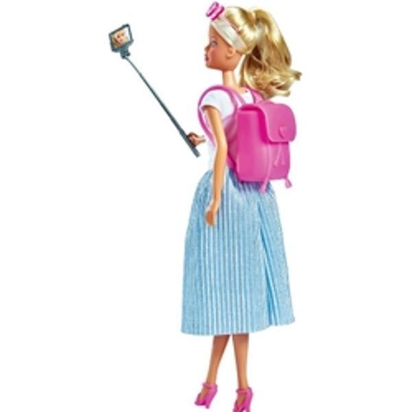 CaracteristiciPapusa Steffi Love City Trip este recomandata pentru orice fetita incepand cu varsta de 3 aniStefii Love se afla intr-un tur turistic si poarta o fusta plisata la moda cu un tricouSetul include un rucsac ochelari de soare si stick pentru selfieInaltime papusa29 cmVarsta recomandata3 ani