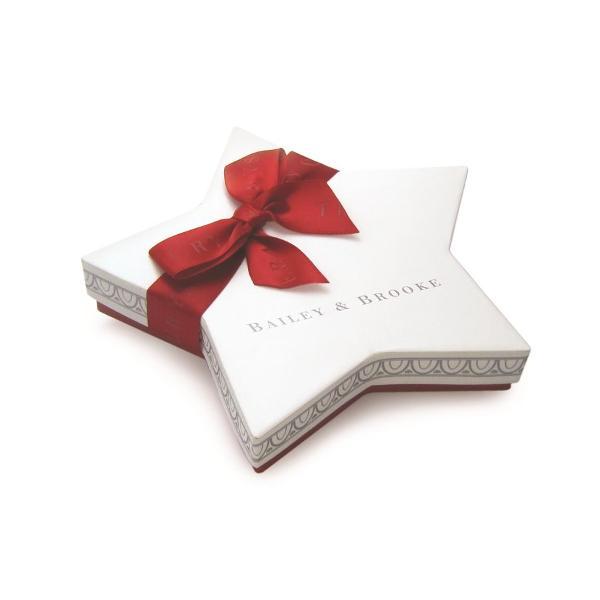 Decoratiune din metal sub forma unui om de zapada vesel colorata decorata cu cristale si glitterSe poate personaliza prin atasarea unei fotografiiArticolul vine insotit de cutie de prezentare cu fundita decorativa si interior placut la atingereUn cadou elegant si pretios pentru un Craciun memorabil