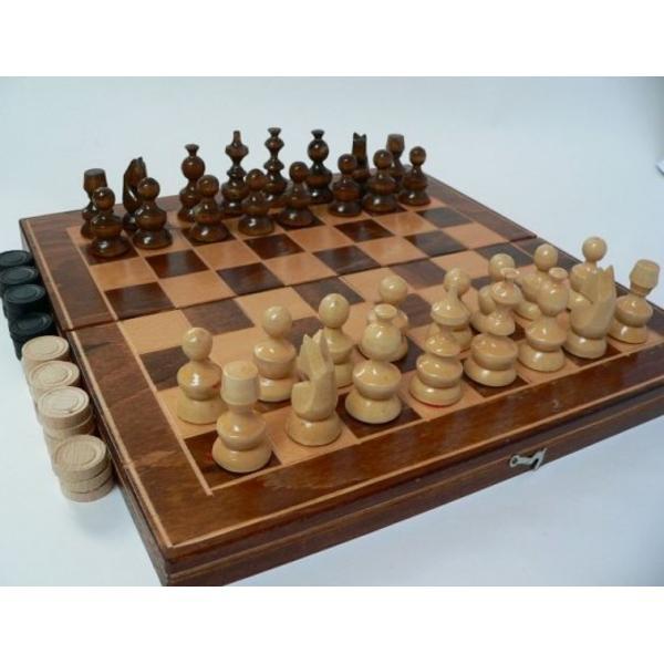 Joc 2 in 1 Sah si Table fabricat in Romania Cutia jocului este din lemn masiv lacuit Piesele sunt de asemenea din lemn masiv lacuit Dimensiunea cutiei este20 x20 cm Diametrul pieselor este de aproximativ32 cm Jocul de Sah contine 32 piese in doua culori Jocul de Table contine 30 piese in doua culori
