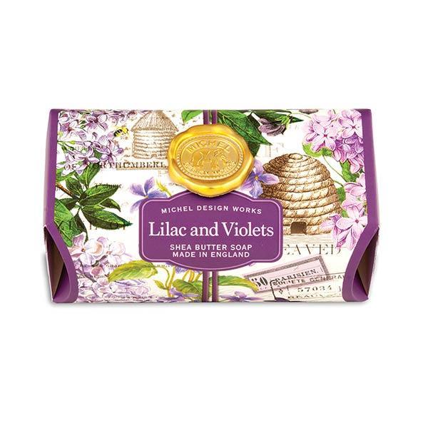 MDW Sapun mare Liliac and Violets SOAL286Sapun artizanal produs in Anglia din cele mai bune ingrediente Sapunul contine ulei vegetal de palmier si glicerina este imbogatit cu unt de shea pentru a oferi o experienta relaxanta a imbaieriiCatifeleaza si hidrateaza pieleaSapunul are 246 g si rezista mult in timpAroma liliac salbatic si violete
