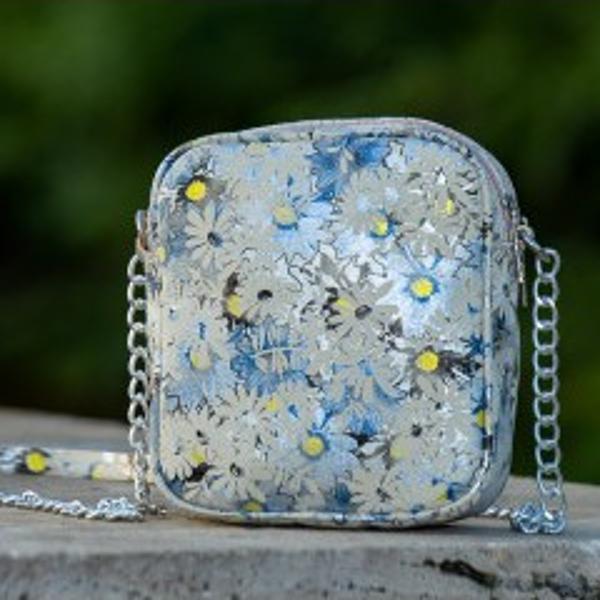 - Poseta din piele naturala- 2 compartimente principale generoase- se închid cu fermoar metalic de cea mai buna calitate- model practic u&537;or de purtat cu design sofisticat- lungime 17cm- latime 9cm- inaltime 19cmAlege produse fabricate in Romania