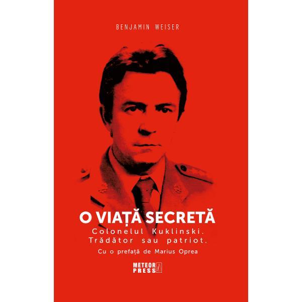 In august 1972 Ryszard Kuklinski colonel in armata poloneza si membru al Statului-major polonez s-a angajat in una dintre cele mai extraordinare operatiuni de informatii ale Razboiului ReceNascut in 1930 intr-o familie de muncitori Kuklinski si-a pierdut tatal in timpul razboiului; acesta a murit intr-un lagar de concentrare nazist dupa ce a fost arestat si torturat de Gestapo Cand razboiul s-a incheiat tanarul Kuklinski s-a alaturat armatei institutie care se bucura