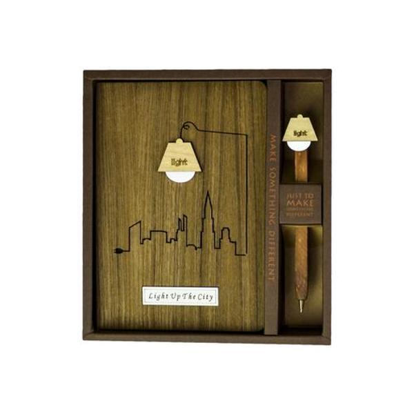 """Agenda cu coperta din lemn are un design inovator si este un cadou deosebit care va impresiona pe oricine Agenda este confectionata din fibre de lemn natural presat fiind foarte rezistenta Aceasta este """"sertarul"""" perfect pentru amintirile dumneavoastra de zi cu ziEste ideala pentru iubitorii de arta si frumos se poate folosi la birou in intimitatea de acasa sau o puteti transporta in geanta sau rucsacul dumneavoastra oriundeMateriale"""