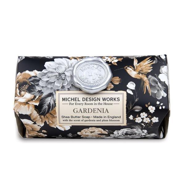 Aceste sapunuri fabricate manual con&539;in doar cele mai bune ingrediente - ulei vegetal pur de palmier glicerin&259; &537;i unt bogat &537;i hidratant de sheaDETALIIGreutate 246 g Dimensiune 111 x 7 x 51 cmAROM&258;Gardenie &537;i prun înflorit cu vârtejuri de bergamot&259; &537;i caramel