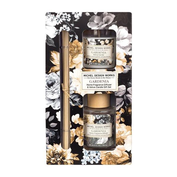 Acest set de cadou este ideal pentru orice camer&259; din cas&259; Include un difuzor de parfum cubetisoare&537;i o lumânareparfumatacu aceleasi aromeDETALIIGreutatea lumân&259;rii 48 g Volum difuzor 70 ml Dimensiune aproximativ&259; a cutiei 1143 x 572 x 2095 cmAROM&258;Gardenie &537;i prun înflorit cu vârtejuri de bergamot&259; &537;i caramel