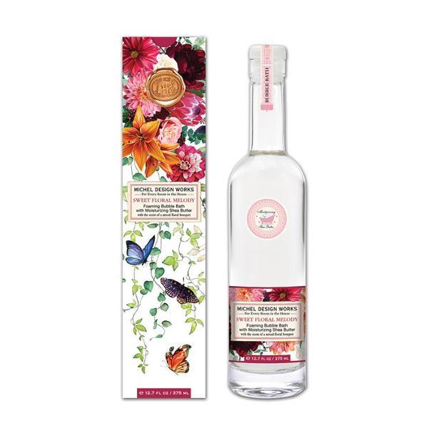 Spumantul de baie vine într-unrecipient uimitoar cu gât lung din sticl&259; prev&259;zut cu dopDETALIILichid 375 ml Dimensiunea cutiei 64 x 64 x 286 cm hAROM&258;Buchet de flori albe &537;i tuberoz&259; cu un strop de miere nuc&259; de cocos &537;i mimoz&259;