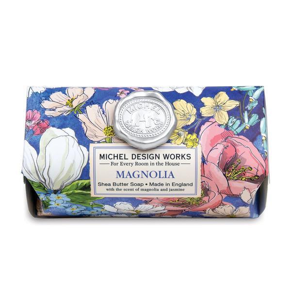 Aceste sapunuri fabricate manual con&539;in doar cele mai bune ingrediente - ulei vegetal pur de palmier glicerin&259; &537;i unt bogat &537;i hidratant de sheaDETALIIGreutate 246 g Dimensiune 111 x 7 x 51 cmAROM&258;Magnolie iasomie &537;i caprifoi cu note de violet&259; &537;i bergamot&259;