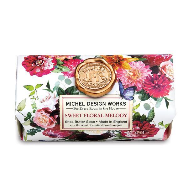 O explozie colorat&259; de flori evoc&259; mirosurile unei gr&259;dini de var&259; S&259;punul nostru con&539;ine doar cele mai bune ingrediente ulei de palmier pur glicerin&259; &537;i unt bogat &537;i hidratant de sheaCu adev&259;rat luxos Lucrat manual în AngliaDimensiune aproximativ&259; 246 g Dimensiune 111 x 7 x 51 cmParfum Buchet de flori albe &537;i tuberoz&259;un strop de miere nuc&259; de cocos &537;i