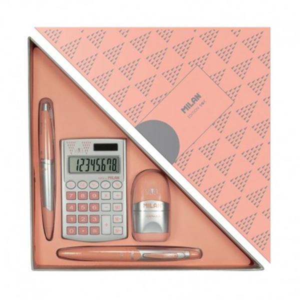 Setin forma de triunghi special conceput pentru a fi daruit cadou celor dragiCon&539;ine4 produse edi&539;ia roz-argintiu1ascutitoare cu radieraCAPSULE Silver1 stilou CAPSULE Silver blue ink1 creion mecanic CAPSULE Silver 05 mm1 calculator de 8 cifre Pocket SilverDimensiuni 315 x 155 x 35 mm 021 kg