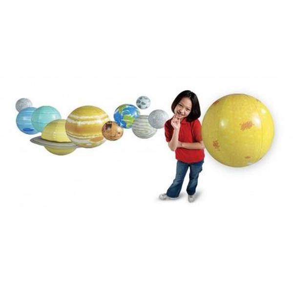 O solutie atat de simpla pentru a demonstra rotatia pamantului miscarea de revolutie sau orbita Invata-i pe elevi pozitia ordinea marimea si forma planetelor si a soarelui Atunci cand lectia s-a incheiat poti agata toate figurile in carligele din pachet Setul include Soarele 915 cm Jupiter 56 cm Saturn 455 cm care este prevazut cu inele Neptun 355 cm Uranus 355 cm Venus 305 cm Pamantul 305 cm Marte 25 cm Mercur 355 cm Pluto