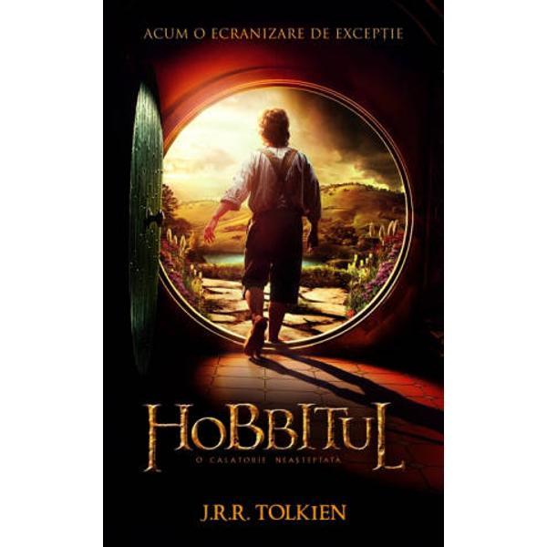 Aceasta este povestea despre cum un Baggins a avut o aventura si s-a trezit ca face si zice lucruri cu totul si cu totul neasteptate  Bilbo Baggins este un hobbit care se bucura de o viata confortabila lipsita de mari ambitii si care arareori face drumuri mai lungi decat cele pana in camara lui Viata lui calma este deranjata de aparitia vrajitorului Gandalf si a treisprezece gnomi Acestia vor sa-l ia cu ei intr-o aventura intr-acolo si din nou inapoi  caci au un plan cum sa fure comoara