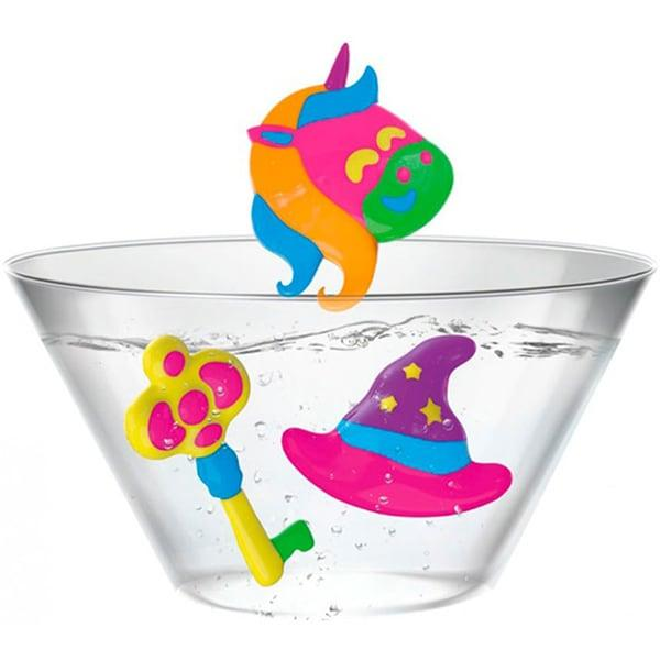 Creeaza uimitoare figurine 3D din tus magic si pune-le sa pluteasca intr-un bol cu apaInstructiuni Pentru mai multe detalii consultati imaginile din brosura inclusaTurnati apa magica in bol pana la primul marcaj si completati cu apa de la robinet pana la al doilea marcajAlegeti o forma si stergeti-o cu o laveta curata si uscata Stoarceti tuburile pentru a turna tus in formaScufundati forma cu tus in apa din bol timp de 3