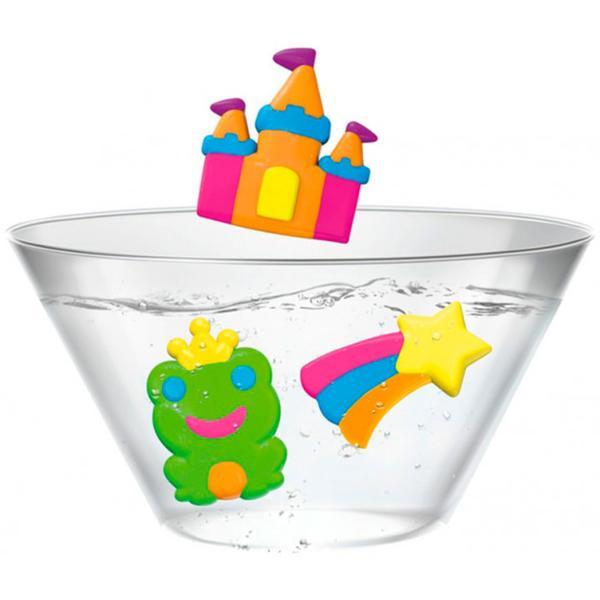 Creaza magie chiar la tine acasa cu setul de creatie AquaDabra Transforma animalele create in figuri 3D in cateva secunde AquaDabra este un set unic ce contine un bol special si un gel special Umple bolul cu apa adauga sare creaza figurile animale cu ajutorul formele si gelului special scufunda-le in apa magica si urmareste cum ca prin magie ele prind volum si devin 3D De acum in colo vor innota in bolul special Setul include 1 bol 3 tuburi cu gel apa magica 3 forme un vas si