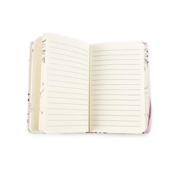 Agenda tip Notes nedatataDimensiune 9 x 14 cmFormat tip A6Nr Pagini 96Gramaj hartie 70gmpCuloare hartie IvoryLiniatura DictandoCoperta CartonataSistem de inchidere Inchidere cu elasticCu un design floral si colorat agenda A6 este un instrument util pentru toti cei ce vor sa isi planifice activitatile zilnice sedintele sau intalnirile Produsul contine 96 file realizate din hartie calitativa cu o