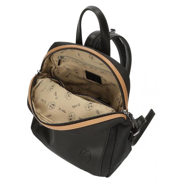 Rucsac casual negru El Potro Chic - capacitate 6 litri dimensiune 24x28x10 cm material poliester - flexibil si usor 1 compartiment culoare negru bretele sunt ajustabile pentru o purtare confortabila si unite printr-un fermoar care ofera posibilitatea de a-l transport tip rucsac sau tip geanta maner superior 1 buzunar frontal pentru acces usor la accesorii si gadgeturi rucsacul poate fi transportat in mana de maner sau pe umar cu ajutorul baretei sau in spate cu ajutorul bretelelor