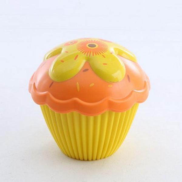 Cupcake Surprisee tot ce isi poate dori o fetita un desert de jucarie care miroase delicios si in acelasi timp o papusa cu care se poate juca In doar cateva secunde partea de jos a briosei se transforma intr-o papusa frumoasa iar partea de sus devine o palarie in forma de floare Fiecare papusica briosa miroase incantator a capsuni vanilie ciocolata struguri lamaie sau unt de arahide Descopera o papusa dragalasa care miroase a ciocolata ascunsa cuminte in