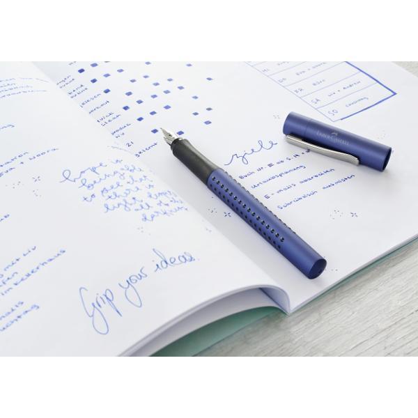 DescriereStilou metalizat albastruZona antialunecare Grip patentata cu puncte mici de masajPenita otel cu varf de iridiun pentru un scris confortabilClip flexibl din metalAlimentare cartuse mici standard
