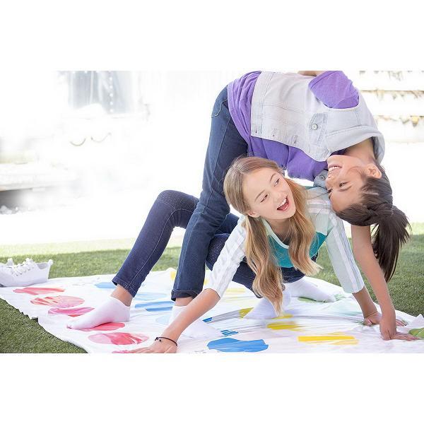 Cat de mult te vei rasuci Twister este un joc care te innoada la propriu Trebuie sa invarti acul si sa actionezi conform indicatiilor de pe panou Rasuceste-te si incurca-te acum cu 2 miscari suplimentare Nu atinge covorasul cu nimic altceva decat cu mana sau piciorul Joc pentru 2 sau 4 jucatori Include o ruleta un covoras si instructiuni