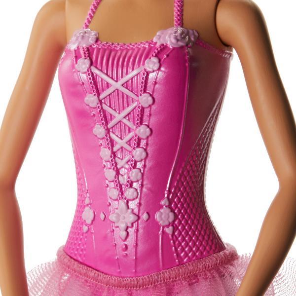 Barbie balerina blonda are o tinuta superba Costum de balet are o culoare deschisa si placuta la vedere este un roz culoarea preferata a fetitelor Papusa are un corset cu detalii incantatore o fustita detasabila si pantofi tematici potriviti pentru pasi de balet Aspectul de poveste e completat de cocului elegant Impreuna cu Barbie balerina fetitele pot incepe distractia cu propria coregrafie Aceste papusi din colectia Barbie balerina au bratele si picioarele in pozitia de balet